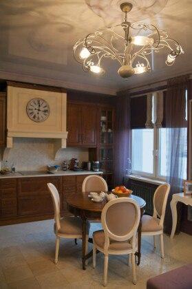 Кухня с гостиной в светлом стиле