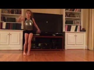 Маленькая девочка танцует лучше меня