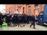 Франция: Адвокаты, одетые в мантии работы столкновение с полицией за пределами здания суда.