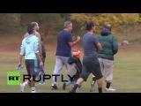 Латвия: Депутаты и беженцы идтил голова к голове в футболе дружественной.