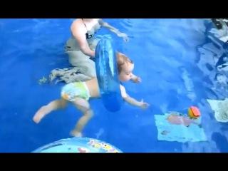 Дети купаются в бассейне. Бассейн для детей от 1 года.