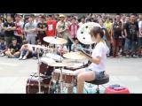 Девушка офигенно играет на барабанах