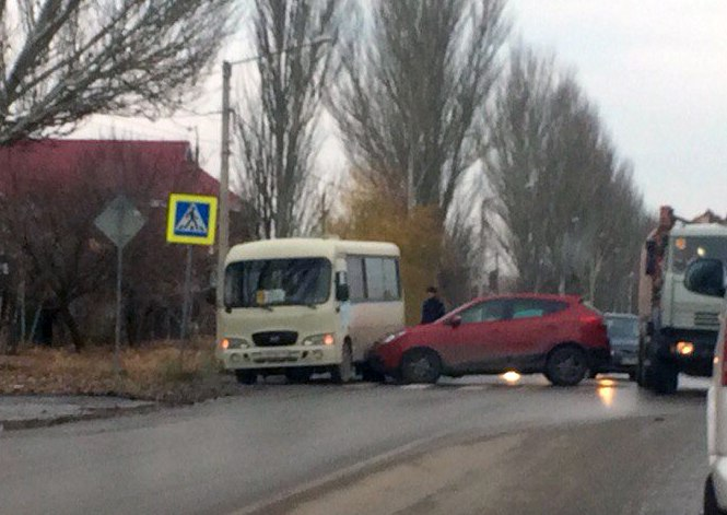 В городе Таганроге на Мариупольском шоссе Hyundai i30 протаранил маршрутку №19