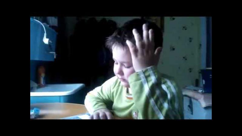 Мальчик учит стих. Про ласточку!