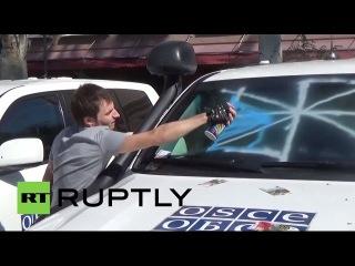 Украина: Автомобили ОБСЕ покрыты граффити в Донецком протеста.