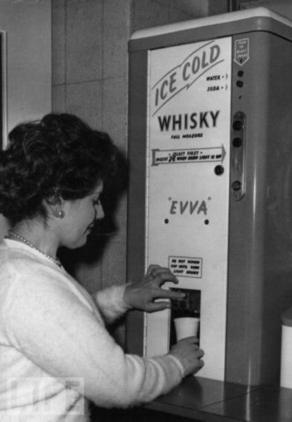 Стаканчик виски в обеденный перерыв - благочестивая английская традиция. 1960 г.