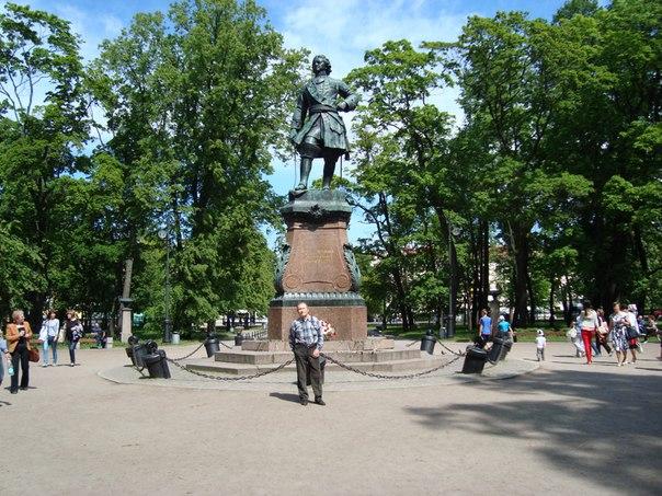 Николай Честнов: Кронштадт, июль 2015г. У памятника Петру.