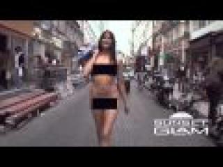 Exhibitionist sexy girls walking naked in Paris!