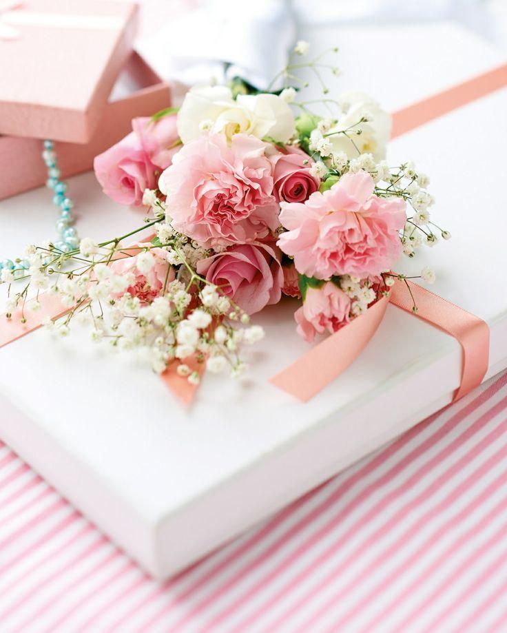 Как украсить подарок цветами 681