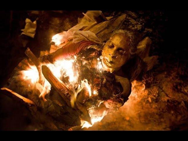 Индия. Место кремации на берегу Ганга. Человеческие кости.