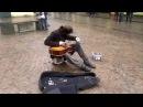 Играет на гитаре как Виртуоз вот что улица делает с людьми