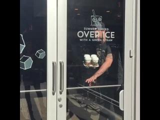 When girls see Starbucks... 👀🏃🏻💨 w/ Arantza, smelaniebooth, Inanna_xo