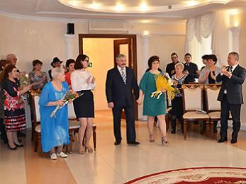 Глава Мегиона Олег Дейнека поздравил юбиляров супружеской жизни