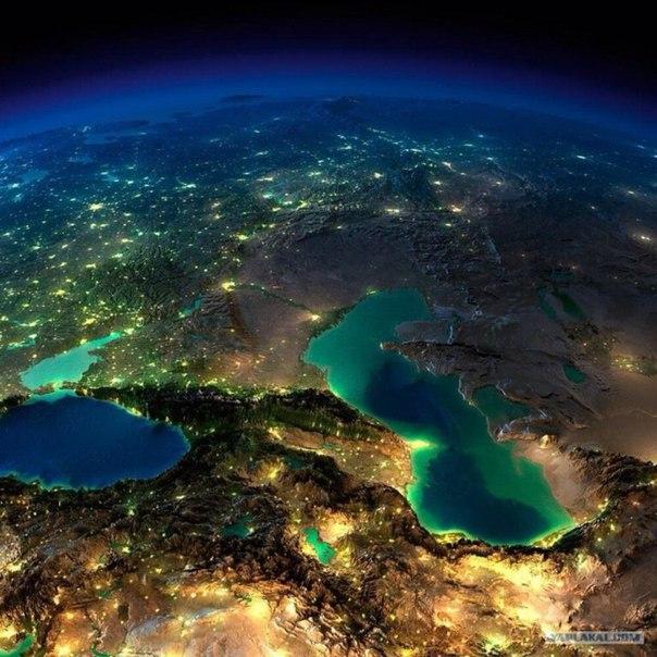 Кавказ, Каспийское и Черное море ночью без облаков