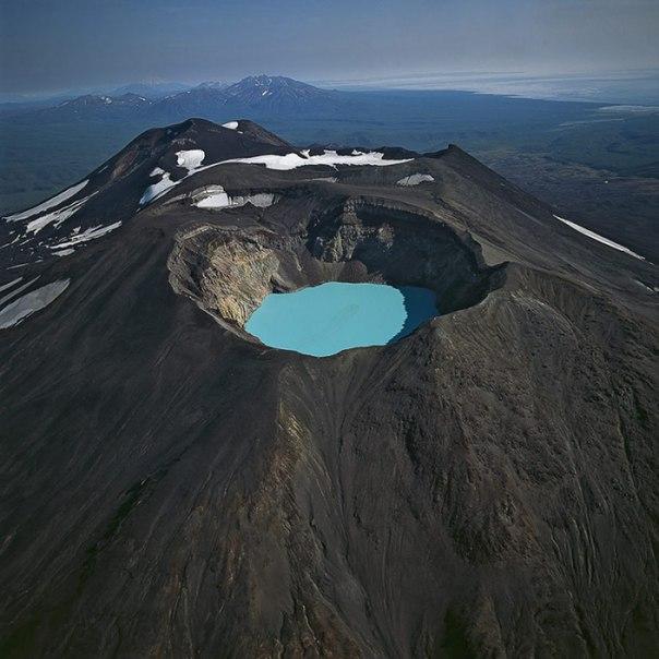 Малый Семячик — кислотное кратерное озеро бирюзового цвета в вулкане Малый Семячик на Камчатке