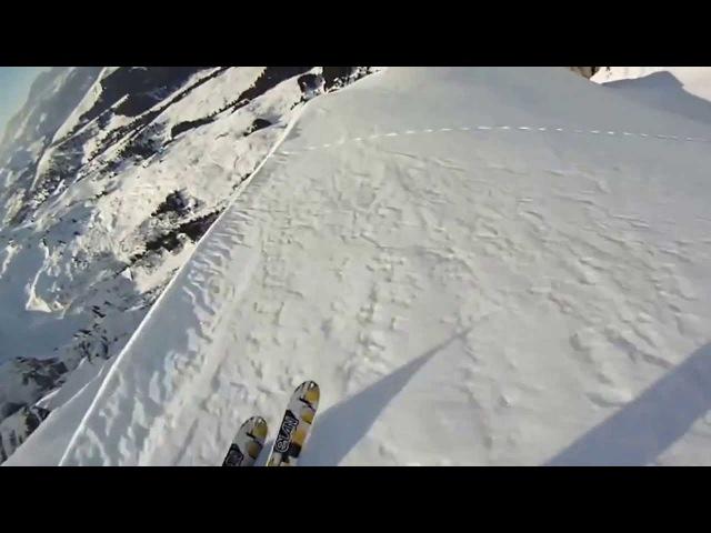Спуск на лыжах и горный прыжок со скалы с лавиной