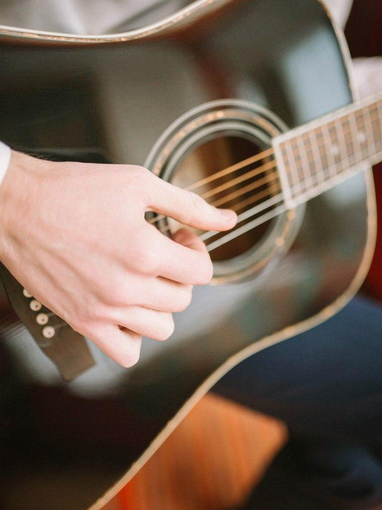 жених играет на гитаре