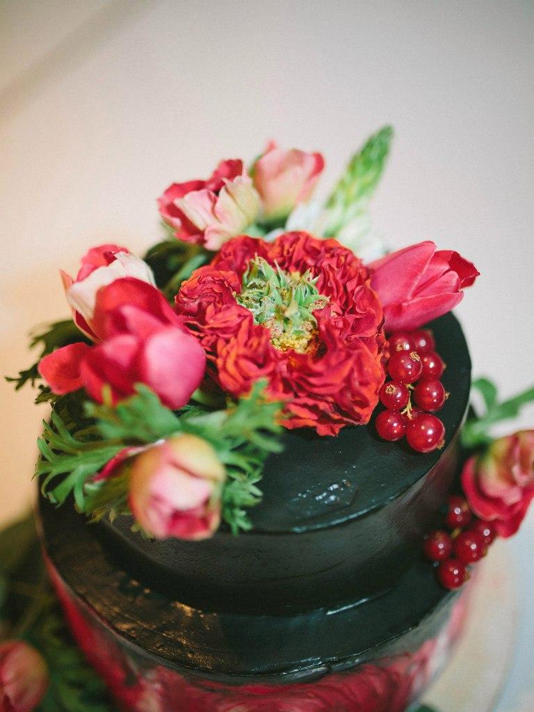 свадебный торт в черно-красной гамме