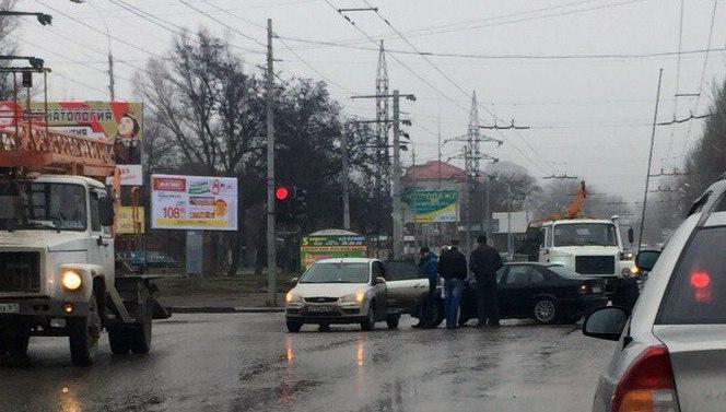 В Таганроге на улице Дзержинского в ДТП попали Ford Focus и BMW
