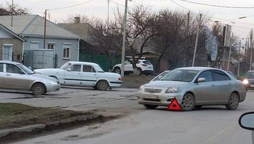 В Таганроге на Большом проспекте столкнулись «ВАЗ-2108» и Toyota Avensis
