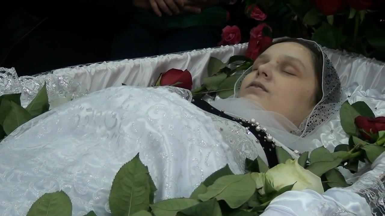 Беременную женщину хоронили когда из гроба 82