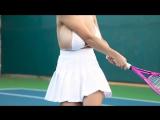 Девушки с большой грудью учатся играть в большой теннис