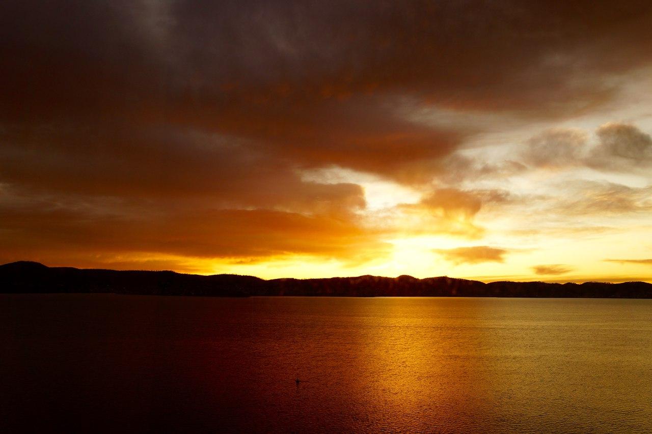 Облачный желтый закат