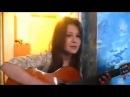 Девушка очень красиво играет на гитаре и поет Улица, слякоть и дождь The girl is very beau...