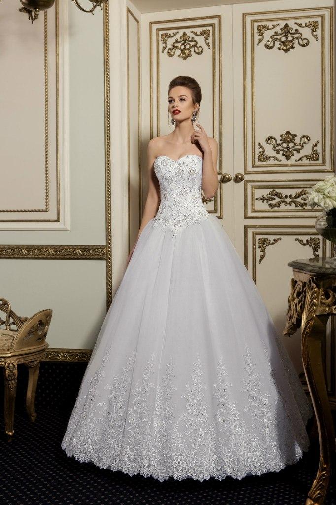 белый воротничок на платье в горошек