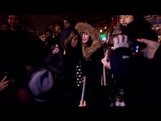 """Madonna на Площади Республики в Париже исполняет композицию """"Ghosttown""""  в память о погибших в терактах 13 ноября."""