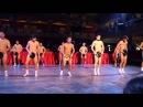 Ученики средней школы танцуют голыми на празднике.