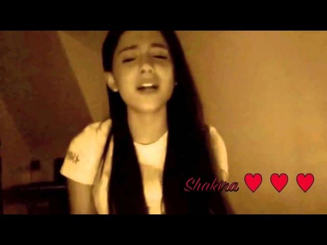 Ariana Grande поет разные известные песни у себя дома