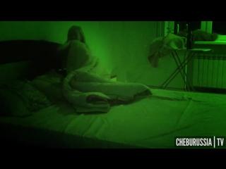 Парень разыграл спящую девушку