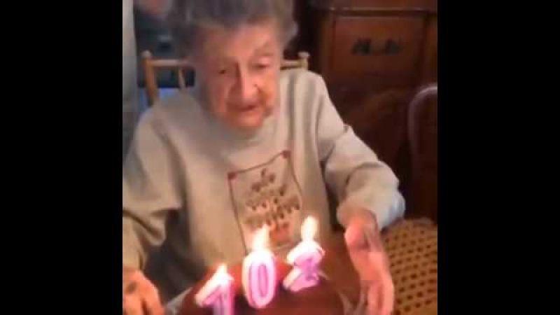 Бабка хотела задуть свечи