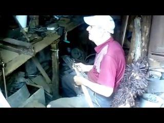 Дед Василий трудится в сарае и волнуется за внуков
