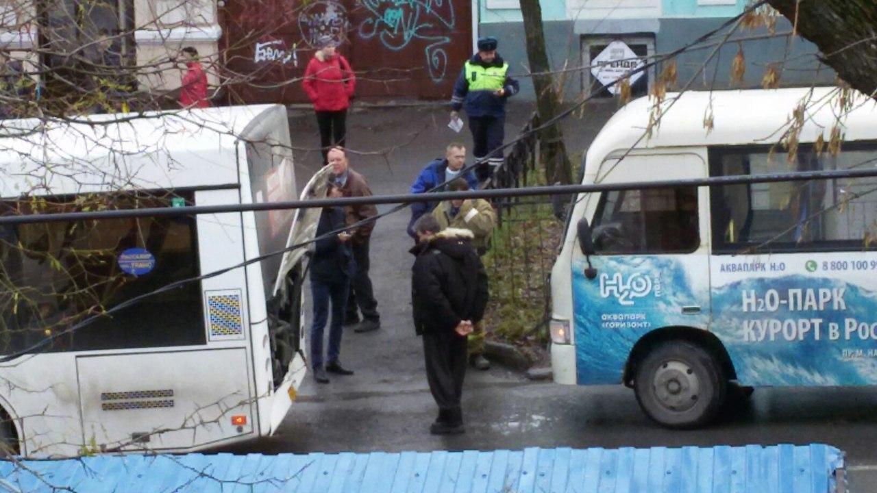 В центре Таганрога маршрутка «догнала» автобус