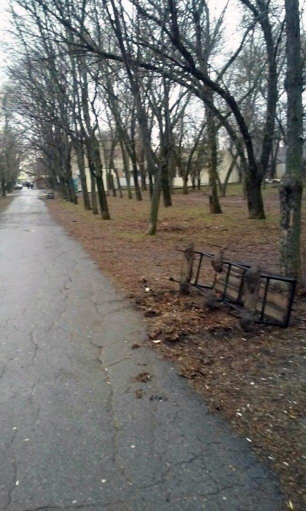 На родине Чехова вандалы разгромили привокзальный сквер