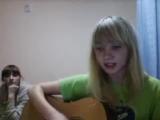 Девушка играет На гитаре, и почти читает рэп под гитару в видео в чате .