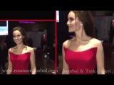 Фахрие Эвджен в шикарном красном платье на премьере любимого
