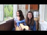 Девушки великолепно поют и играют на гитаре
