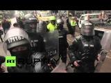 Колумбия: Столкновения вспыхнул после того, как тысячи анти-Убер протестующих блокируют основные автомобильные дороги в Боготе.