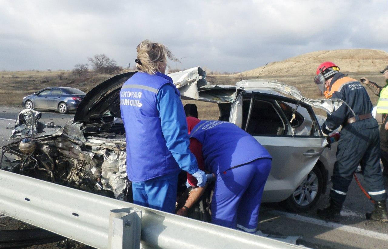 На донской трассе лоб в лоб столкнулись грузовик и легковушка, один погибший