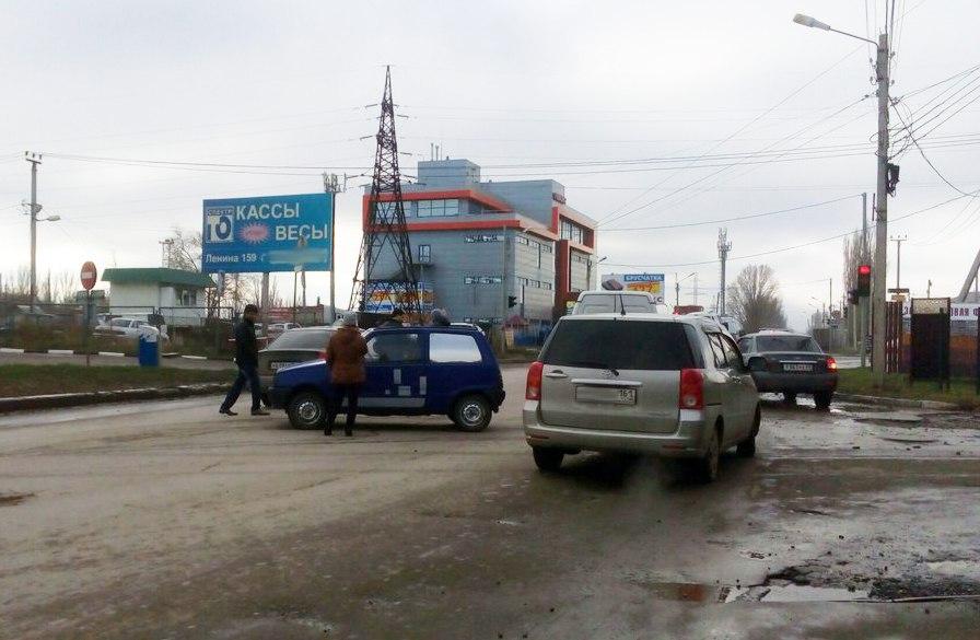 В Таганроге на улице Транспортной дорогу не поделили водители «Оки» и Hyundai Accent