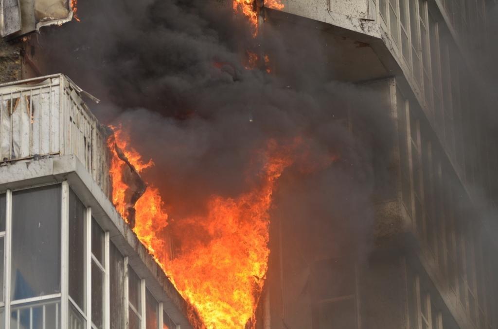 В Таганроге на пожаре в десятиэтажке мужчина отравился угарным газом