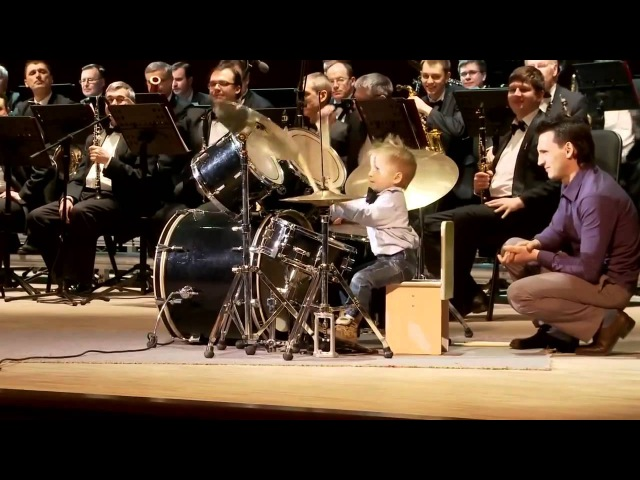 Маленький мальчик на барабанах отжигает.