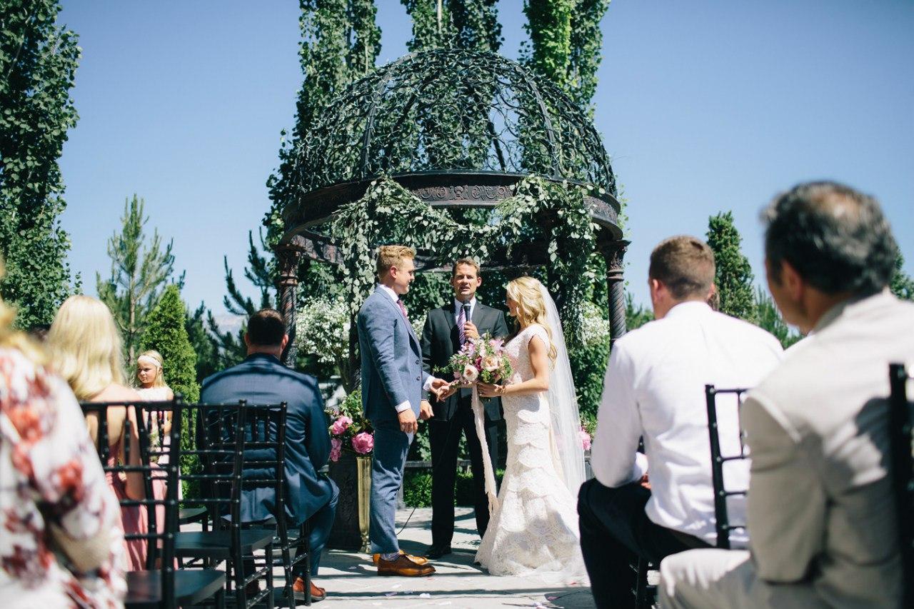 """Обычаи и традиции на свадьбе - """"за"""" и """"против"""". Где как не на свадьбе попробовать поразмышлять об этом. Заказать ведущего на мероприятие в Волгограде: +7(937)-727-25-75 и +7(937)-555-20-20"""