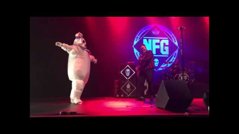 Hayley Williams sings with New Found Glory Vicious Love dressed as The Stay Puft Marshmallow Man