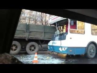 Страшное ДТП на Салтовке! Троллейбув вьехал в камаз, а какмаз в кран! #Харьков