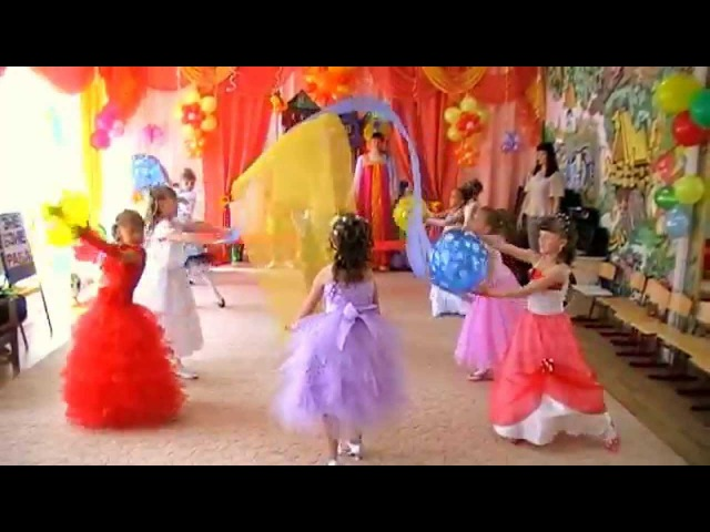 Красивая танцевальная композиция с полотнами Не уроните шарик
