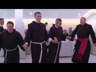 Hrvatski fratri igraju Užičko kolo